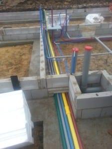 Leidingwerk wordt verwerkt in de fundering villa bouwen