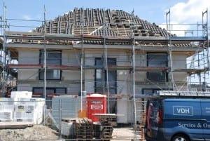 De dakpannen worden gelegd