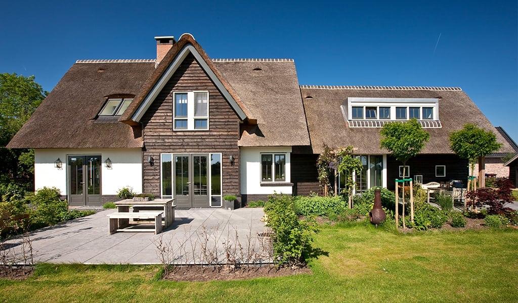 Houten-terrasdeuren-met-groot-buiten-terras-te-Soest