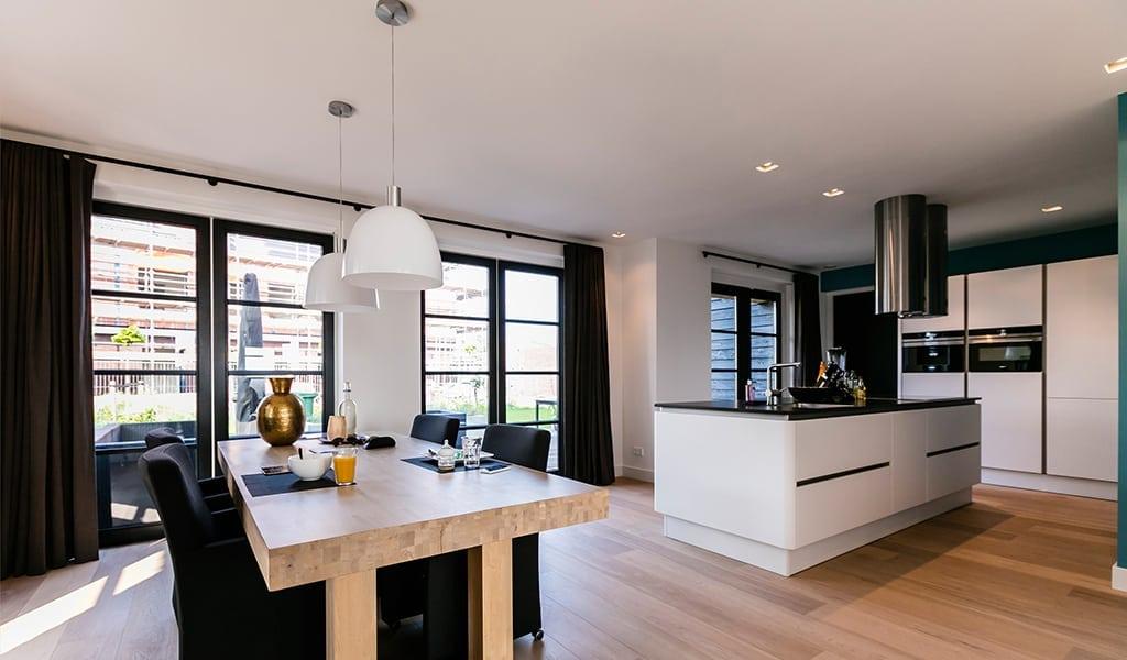 huis-bouwen-villa-boswitje-veel-licht-in-de-keuken-door-de-openslaande-tuindeuren