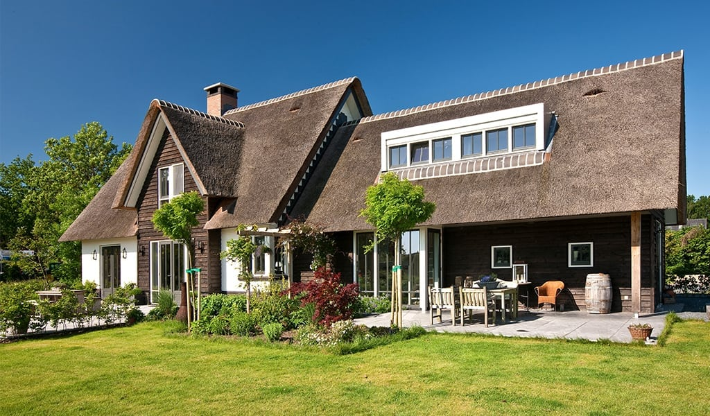Rietgedekte-villa-met-groot-dakkapel