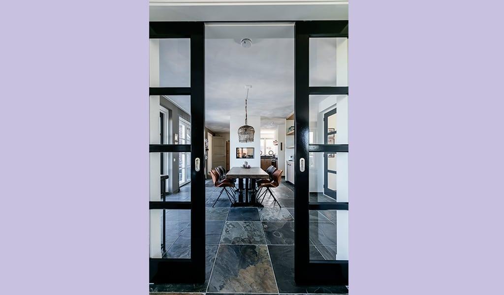 Villa-Koninginnenpage-met-zwarte-ensuite-schuifdeuren-naar-de-keuken