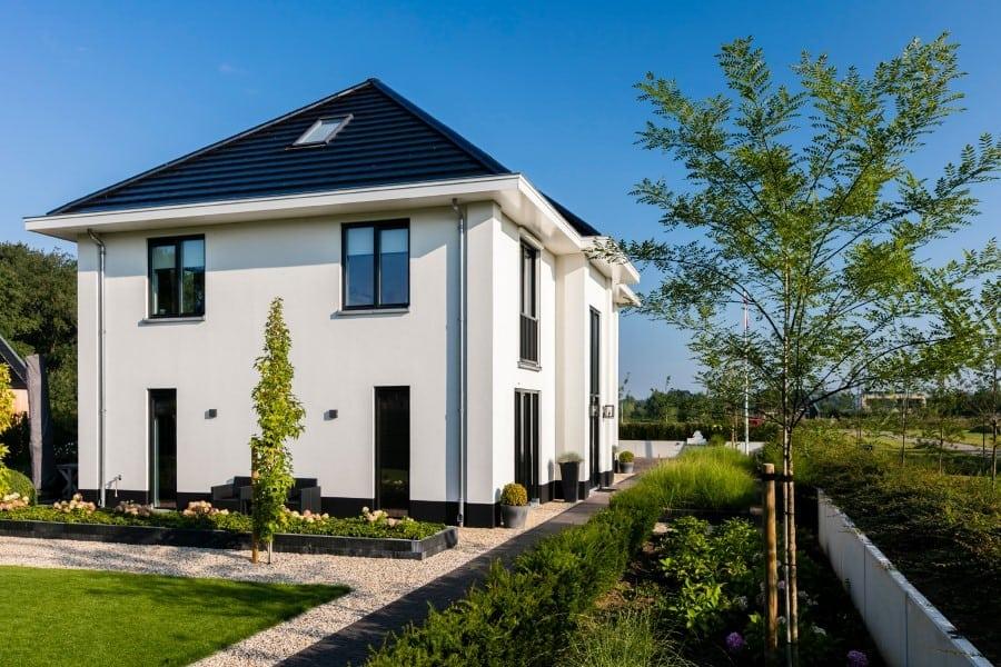 Villa-Lindepijlstaart-te-Zwolle-zijaanzicht-met-tuin