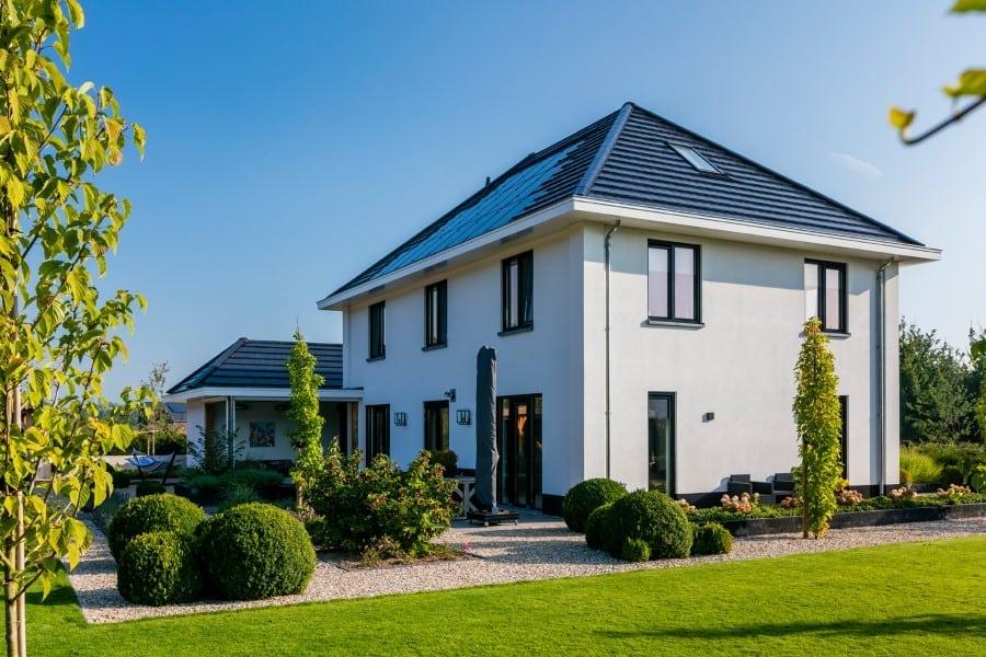Villa-Lindepijlstaart-te-Zwolle-zijaanzicht-met-veranda