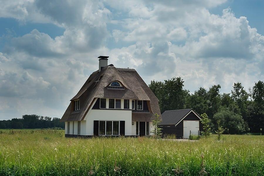 Villa-met-rietendak-bouwen